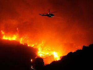 Požár v Santa Barbaře se stále nedaří uhasit