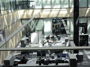 Na Hagiboru v Praze slavnostně otevřena nová budova rozhlasové stanice Svobodná Evropa (RFE/RL). Pohled na jedno z redakčních pracovišť.