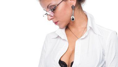 I ten nejlepší outfit se může proměnit v noční můru, pokud je příliš volný přes boky, nebo pokud jsou knoflíky na hrudníku našponované.