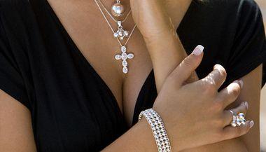 Zlaté pravidlo pokud se jedná o doplňky k oblečení do práce: méně je více. Velké množství šperků vypadá lacině.