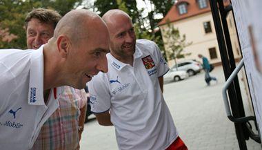Jan Koller a Jan Štajner si čtou vzkazy od fanoušků.