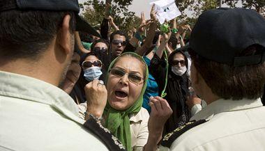 Demonstrace Íránců na podporu opozičního vůdce Músávího byly rozháněny policií