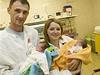 Kateřina Solovjova sdvojčaty Anastasií a Viktorií a manželem Anatolijem Mironem vmotolské nemocnici.
