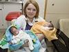 Kateřina Solovjova sdvojčaty Anastasií a Viktorií vmotolské nemocnici.