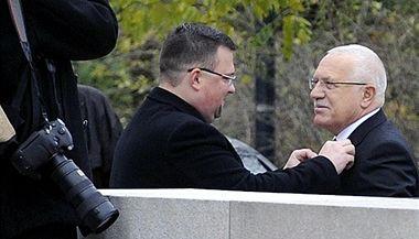 Oslavy 28. října: Ředitel protokolu Jindřich Forejt upravuje prezidenta Václava Klause před pietním aktem na Vítkově v Praze.