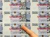Noviná�i si prohlí�ejí nový vzor p�titisícové bankovky, který byl p�edstaven 30. listopadu na tiskové konferenci v sídle �eské národní banky v Praze | na serveru Lidovky.cz | aktu�ln� zpr�vy
