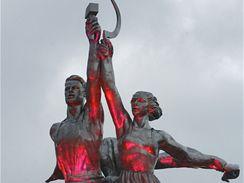 Jeden z hlavních symbolů komunistické Moskvy, slavné sousoší Dělník a kolchoznice, se vrací na své původní místo