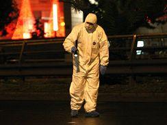 Člen řeckého protiteroristického policejního týmu hledá části výbušniny