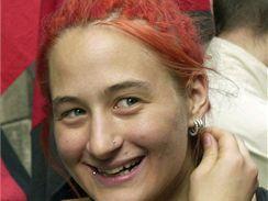 Eva Nováková z Anarchistického černého kříže předala v roce 2001 během demonstrace před budovou italského velvyslanectví v Praze petici proti věznění tří Slováků zadržených při protestech proti summitu G8 v Janově