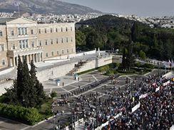 Řekové demonstrují před budovou parlamentu