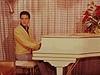Elvis Presley hraje na piano