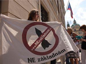 Demonstranti před budovou sněmovny při schvalování Nečasovy vlády