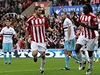 Stoke - West Ham United (Kenwyne Jones, vpravo, slav� g�l)