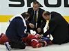 Radek Mart�nek z�stal po z�kroku loty�sk�ho beka Kuldy le�et na led�.