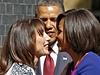 Michelle Obamová se líbá na uvítanou s manželkou premiéra Samanthou Cameronovou