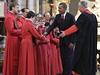 Barack Obama se zdraví se členy pěveckého sboru westminsterského opatství