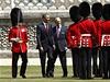 Barack Obama a princ Philipe na přehlídce čestné stráže