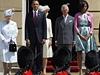 Barack Obama s manželkou a s královskou rodinou při přehlídce