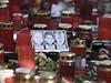 Zapálené svíčky na Staromětském náměstí v Praze plápolají za české hokejisty.