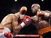 Boxer Floyd Mayweather pos�l� k zemi Victora Ortize v boji o titul mistra sv�ta organizace WBC