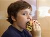 Dít� s hamburgerem (ilustra�ní foto)   na serveru Lidovky.cz   aktu�ln� zpr�vy
