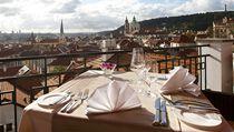Vít�zná restaurace Terasa U Zlaté studn� nabízí jeden z nejromanti�t�j�ích výhled� na Prahu. | na serveru Lidovky.cz | aktu�ln� zpr�vy
