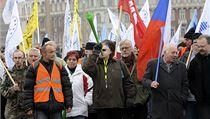 Odborá�i se se�li na Paláckého nám�stí a pochodovali sm�rem ke Poslanecké sn�movn�. | na serveru Lidovky.cz | aktu�ln� zpr�vy