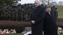 Bavorský premiér Horst Seehofer (vlevo) a europoslanec a bývalý p�edseda sudeton�meckého landsman�aftu Bernd Posselt nav�tívili také památník p�ipomínající vyhlazení Lidic v roce 1942 | na serveru Lidovky.cz | aktu�ln� zpr�vy