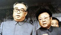 Dva Kimov�. Kim �ong-il (vpravo) s otcem Kim Ir-senem na sn�mku z roku 1983