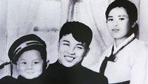 Pyšní rodiče. Malý Kim Čong-il s rodiči.