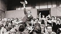 Výjimečný stav byl i důsledkem napětí mezi vedením země a odborovým hnutím Solidarita. Na obrázu Lech Walesa těsně po úspěšné registraci hnutí.