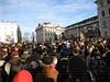 Účastníci smutečního průvodu vyprovázejícího Václava Havla se shromáždili na Hradčanském náměstí