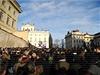 Lidé  vyprovázející Václava Havla se shromáždili na Hradčanském náměstí