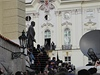 Lidé  vyprovázející Václava Havla u pomníku T.G. Masaryka na Hradčanském náměstí.