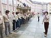 Skauti seřazení ve špalíru na třetím hradním nádvoří čekají na příchod vojáků s rakví Václava Havla.