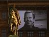 Atmosf�ra na V�clavsk�m n�m�st�. Na budov� N�rodn�ho muzea se objevila fotka V�clava Havla.