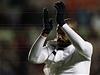 Fotbalista Thierry Henry d�kuje fanou�k�m Arsenalu po por�ce se Swansea