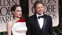Angelina Jolie zvolila bílou saténovou róbu s akcentem červené na živůtku z dílny Versace; červená dokonale ladila k její rtěnce a kabelce. Brad Pitt oblékl klasický smoking od Salvatora Ferragama.