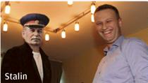 """""""Alexej Navalnyj se nikdy netajil tím, že mu oligarcha Boris Berezovskij dává peníze, aby bojoval proti Putinovi,"""" stálo pod snímkem otištěným v uralském Jekatěrinburgu."""