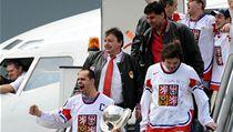 Triumfální návrat. Prezident Tomáš Král (v kravatě) spolu s Tomášem Rolinkem, Jaromírem Jágrem a trenérem Vladimírem Růžičkou přiváží zlato z MS v Německu.