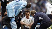 Fotbalista Tottenhamu Scott Parker (uprost�ed) je o�et�ován poté, co mu Mario Balotelli (vlevo) z Manchesteru City dupnul na hlavu | na serveru Lidovky.cz | aktu�ln� zpr�vy