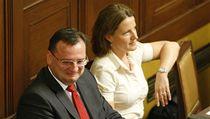 Petr Ne�as a Karolína Peake p�i hlasování o ned�v��e vlád� | na serveru Lidovky.cz | aktu�ln� zpr�vy