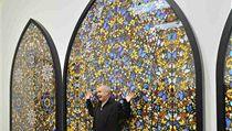 Damien Hirst pózuje se svým triptychem Dveře do království nebeského z roku 2007