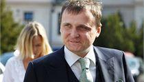Vít Bárta mí�í k soudu, v pozadí jeho man�elka Kate�ina Klasnová | na serveru Lidovky.cz | aktu�ln� zpr�vy