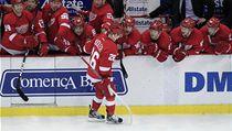 St�ída�ka hokejist� Detroitu Red Wings gratuluje Ji�ímu Hudlerovi k tomu, �e prom�nil rozhodující nájezd proti Florid�  | na serveru Lidovky.cz | aktu�ln� zpr�vy