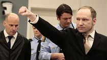 T�iat�icetilet� Breivik k soudu p�i�el v �ern�m obleku a po sejmut� pout zdvihl pravou ruku za�atou v p�st v pozdravu pravicov�ch extremist�