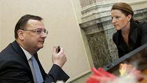 Premiér Petr Ne�as hovo�í s Karolinou Peake (VV) p�ed jednání vlády. | na serveru Lidovky.cz | aktu�ln� zpr�vy