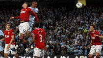 Stoper Manchesteru City Vincent Kompany (v modrém) rozhoduje gólem hlavou m�stské derby proti Manchesteru United  | na serveru Lidovky.cz | aktu�ln� zpr�vy