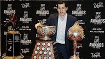 Ruský hokejový úto�ník Jevgenij Malkin z Pittsburghu s trofejemi za uplynulý ro�ník NHL | na serveru Lidovky.cz | aktu�ln� zpr�vy