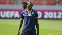 Fotbalista Itálie Mario Balotelli se na tréninku dob�e bavil | na serveru Lidovky.cz | aktu�ln� zpr�vy